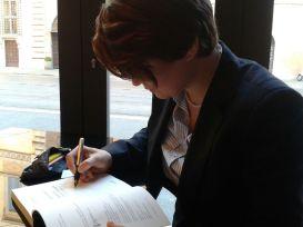 Benedetta Saglietti scrivendo